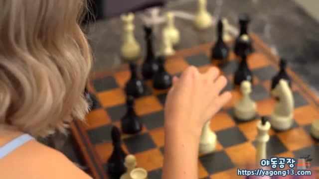 내기 체스를 하고 진사람이 먼저 옷을 벗고 음부 빨아주기 보지 막벌려주는 금발의 엘프녀