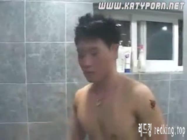 [일본야동] 상밑에서 엄마가 빨아준다