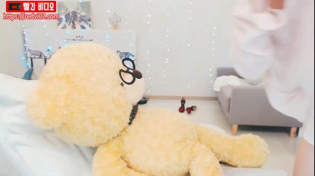 보지가 꼴려서 곰돌이에게 키스하고 발정난 보지를 달래보는 BJ아유 (한국BJ야동)